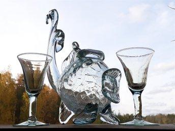 Javascript är inaktiverat. - Nykvarn - Vacker Karaff & 2 st Glas TURE BERGLUND Skansen Fisk Krakelerad-Design. Höjd 26 cm, Bredd 23 cm. - Nykvarn