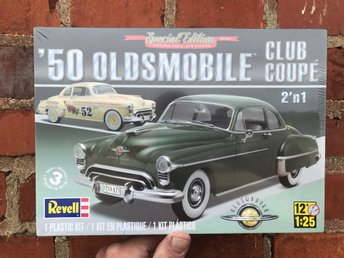 "OLDSMOBILE 50' CLUB COUPÉ, med ""optional parts""  i skala 1/25 från Revell"