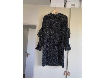 0bc33fff8600 Prickig klänning från Kappahl, stl S (348052737) ᐈ Köp på Tradera